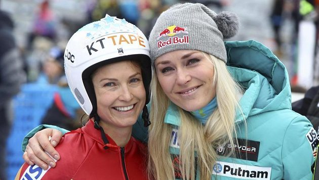Americká sjezdařka Julia Mancusová (vlevo) se po posledním závodě vyfotila také s největší hvězdou sjezdového lyžování Lindsey Vonnovou.
