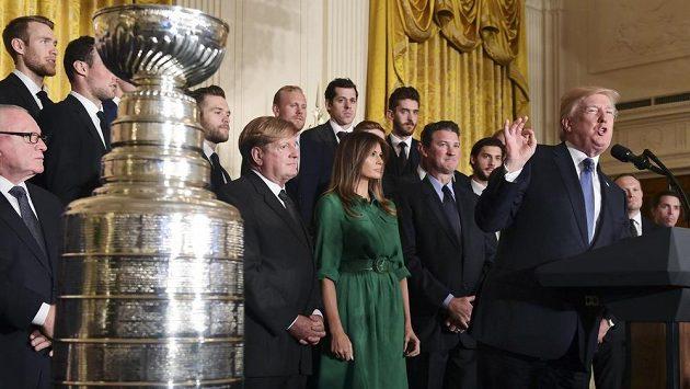 Hokejisté Pittsburghu dodrželi tradici a před středečním zápasem NHL ve Washingtonu navštívili coby úřadující vítězové Stanley Cupu sídlo prezidenta Spojených států amerických.