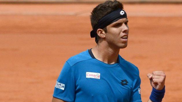 Český tenista Jiří Veselý se raduje z výhry nad Rakušanem Melzerem a také ze svého prvního postupu do semifinále turnaje ATP, kterého dosáhl v Düsseldorfu.
