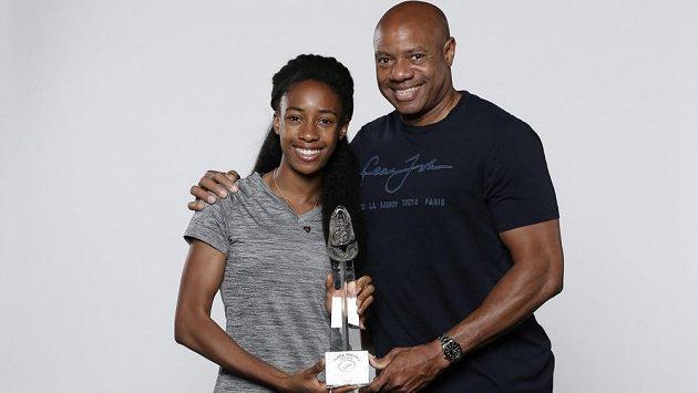 Světový rekordman Mike Powell se svou dcerou Mishou a trofejí pro vítěze Zlaté tretry.