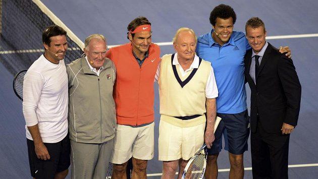 Patrick Rafter (zcela vlevo) při charitativní akci před začátkem letošního Australian Open.