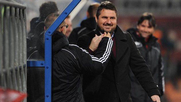 Olomoucký trenér Zdeněk Psotka (vpředu vpravo) se raduje z gólu proti pražské Spartě.