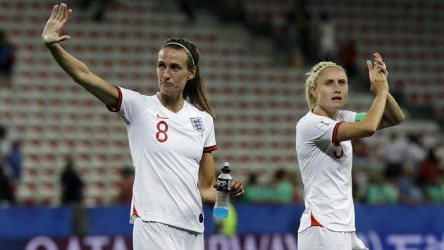 Fotbalistky Anglie Jill Scottová (vlevo) a Steph Houghtonseová se radují z výhry nad Japonskem.