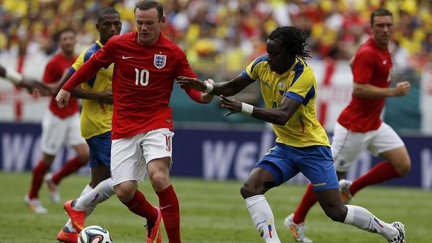 Wayne Rooney (vlevo) v dresu anglické reprezentace bojuje v přípravném utkání v Miami o míč s Juanem Carlosem Paredesem z Ekvádoru.