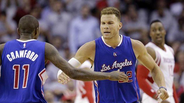 Basketbalista Los Angeles Clippers Blake Griffin (vpravo) oslavuje se spoluhráčem Jamalem Crawfordem zisk bodů v zápase s Houstonem.