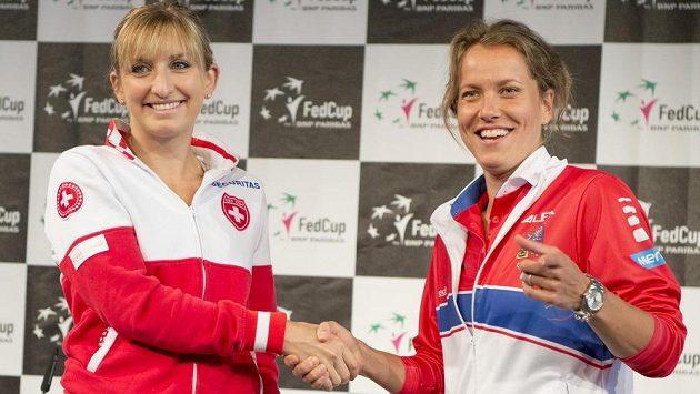 Timea Bacsinszká (vlevo) a Barbora Strýcová před semifinálovým kláním.