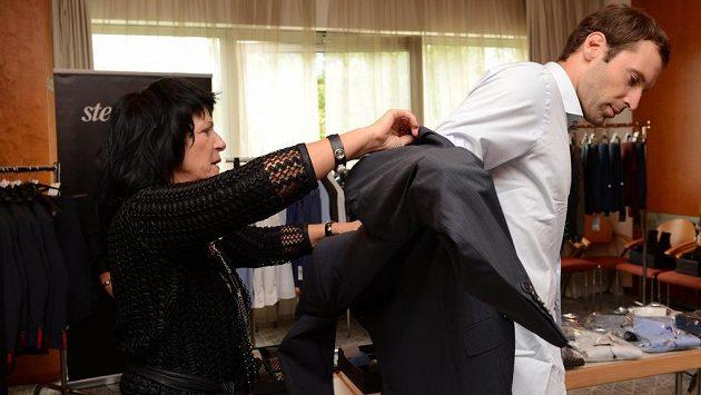 Brankář Petr Čech (vlevo) a ředitelka Steilmannu Anna Motlíková během zkoušení nových obleků.