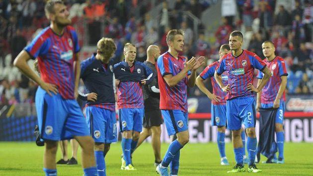 Zklamaní hráči Plzně děkují divákům po utkání. Viktoria sice zápas vyhrála 2:1 po prodloužení, ale belgický tým postoupil díky úvodní výhře 1:0 a většímu počtu vstřelených branek na soupeřově hřišti.