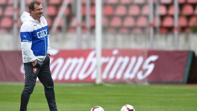 Trenér Pavel Vrba během tréninku fotbalové reprezentace.