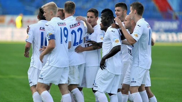 Fotbalisté Baníku Ostrava slaví gól proti Brnu.