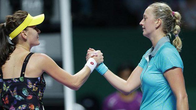 Česká tenistka Petra Kvitová (vpravo) si po utkání podává ruku s Polkou Agnieszkou Radwaňskou.