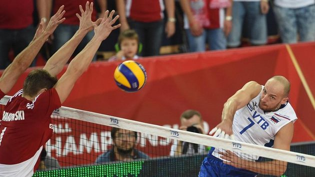 Polský volejbalista Piotr Nowakowski se snaží se spoluhráčem zablokovat smeč Nikolaje Pavlova z Ruska (vpravo).