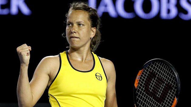 Barbora Strýcová se raduje z výhry nad Španělkou Muguruzaovou.