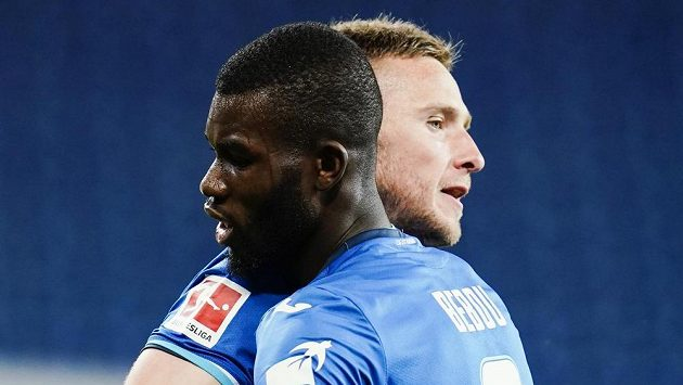 Pavel Kadeřábek a Ihlas Bebou se radují z gólu Hoffenheimu proti Mönchengladbachu.