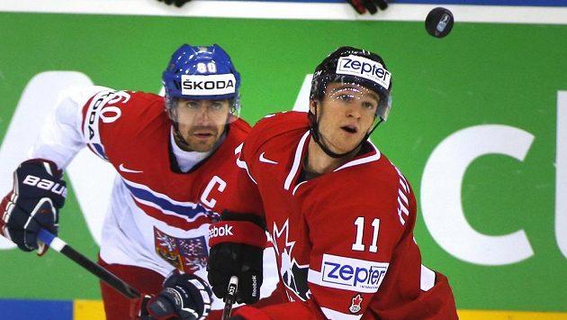 Český kapitán Tomáš Rolinek (vlevo) s Kanaďanem Jonathanem Huberdeauem.