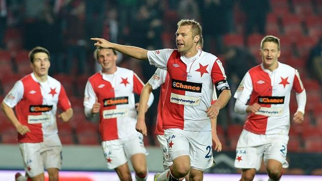 Karel Piták ze Slavie (uprostřed) se raduje z gólu proti Znojmu.