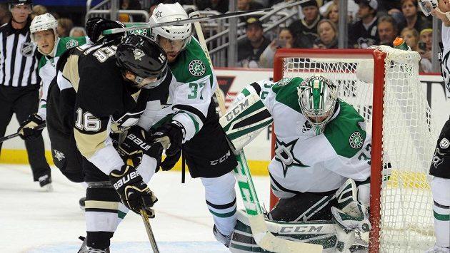 Hokejistu Pittsburghu Brandona Suttera (vlevo) brání Patrik Nemeth z Dallasu. Vpravo gólman Stars Kari Lehtonen.