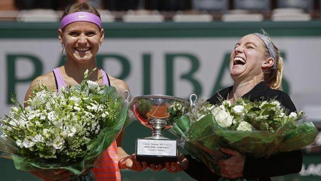 Takhle se před dvěma lety Lucie Šafářová (vlevo) a její americká parťačka Bethanie Matteková-Sandsová radovaly v Paříži z triumfu v deblu. Zopakují stejný úspěch i letos?