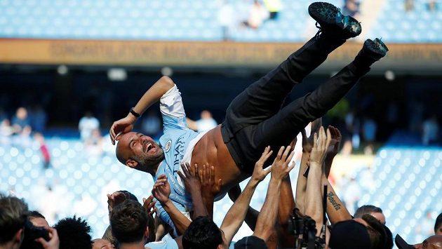 Kouč Pep Guardiola nad hlavami šampiónů...
