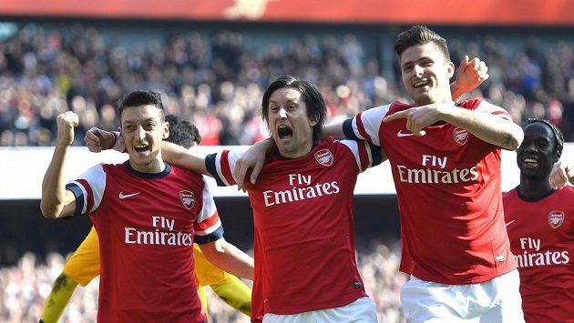 Fotbalisté Arsenalu (zleva) Mesut Özil, Tomáš Rosický a Olivier Giroud slaví gól proti Evertonu.