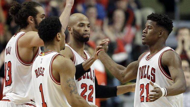 Basketbalista Chicaga Jimmy Butler (zcela vpravo) slaví se spoluhráči koš proti týmu New Orleans.