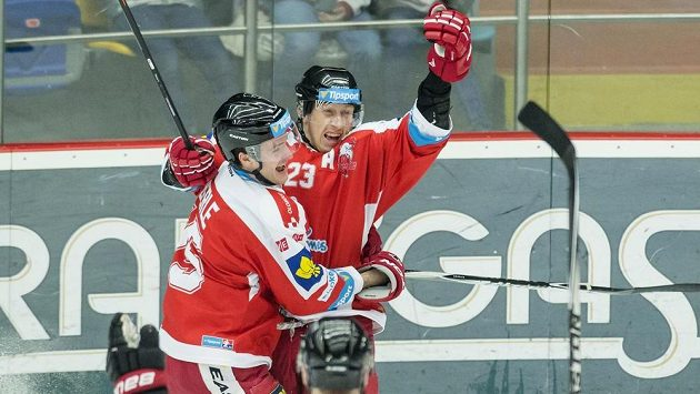 Olomoucký obránce Jiří Ondrušek (vpravo) slaví se spoluhráčem Janem Eberlem gól.