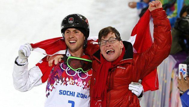 Kanadský boulař Alex Bilodeau slaví s bratrem Fredericem zlatou olympijskou medaili ze Soči.