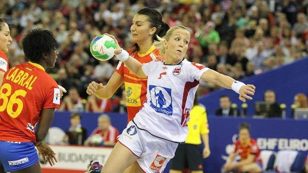 Norka Heidi Loeková se snaží skórovat ve finále mistrovství Evropy proti Španělsku.