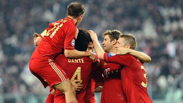 Fotbalisté Bayernu Mnichov se radují ze vstřelení branky na hřišti Juventusu Turína a postupu do semifinále Ligy mistrů.