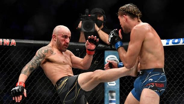 Alexander Volkanovski (vlevo) porazil na turnaji UFC 266 v titulovém zápase Briana Ortegu.