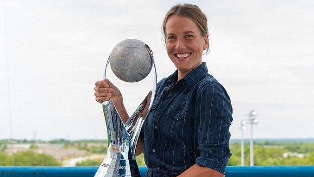 Barbora Strýcová s trofejí pro nejlepší deblistku světa.