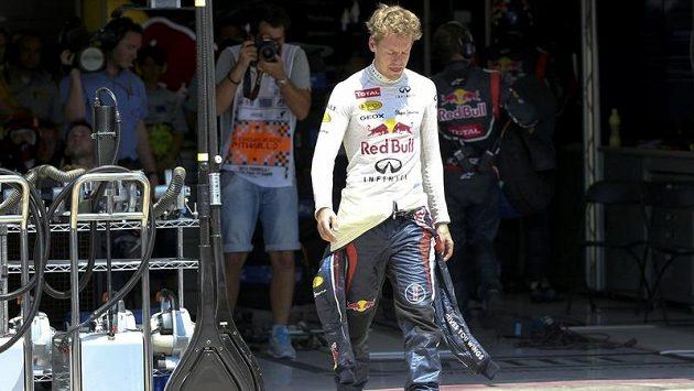 Sebastian Vettel byl po odstoupení ze závodu hodně naštvaný.