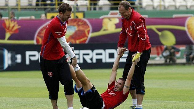 Brankáři Jan Laštůvka (vlevo) a Jaroslav Drobný na tréninku českého týmu vlečou Jana Rezka v rámci splnění jedné ze sázek.
