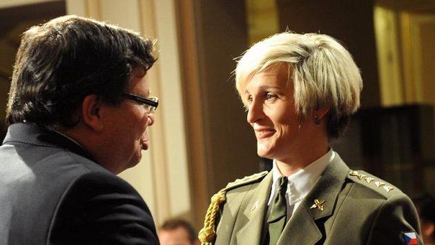 Atletce roku 2012 Barboře Špotákové gratuluje ministr obrany Alexandr Vondra.