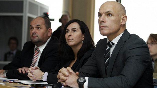 Dagmar Damková (uprostřed) bude fotbalovým rozhodčím vládnout dál.