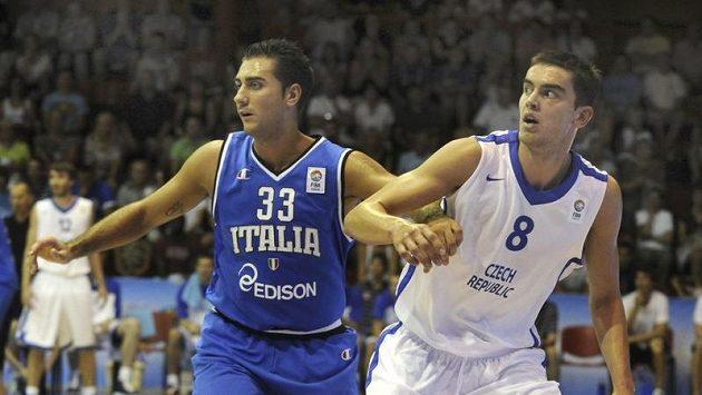 Český basketbalista Tomáš Satoranský (vpravo) na archivním snímku.