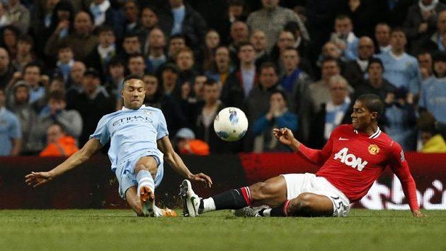 Chris Smalling z Manchesteru United (vpravo) v souboji s Gaelem Clichym z týmu městského rivala City.