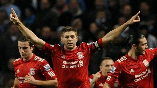 Fotbalista Liverpoolu Steven Gerrard se raduje se spoluhráči z branky.