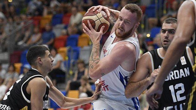 Český basketbalista Šimon Puršl mezi Jordánci Fadim Ibrahimem (vlevo) a Yousefem Abu Wazanehem.
