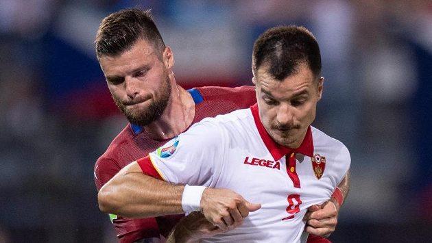 Český obránce Ondřej Čelůstka a Marko Bakič z Černé Hory.