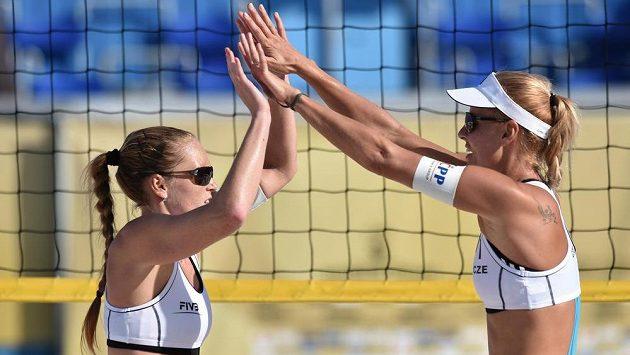 České beachvolejbalistky Kristýna Kolocová (vlevo) a Markéta Sluková slaví další úspěch.