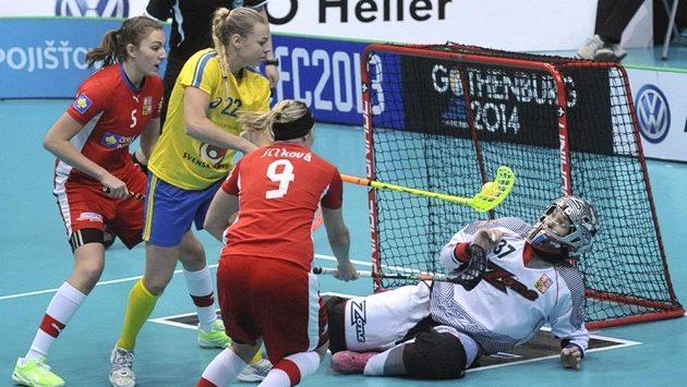 V semifinále MS florbalistek bojují (zleva) Eliška Krupnová, Victoria Wikströmová, Kristýna Jílková a brankářka Jana Christianová.