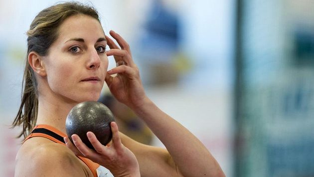Eliška Klučinová v koulařském sektoru při halovém mistrovství republijy.