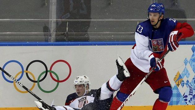 Obránce Zbyněk Michálek v souboji s Dustinem Brownem ze Spojených států ve čtvrtfinále olympijského turnaje.