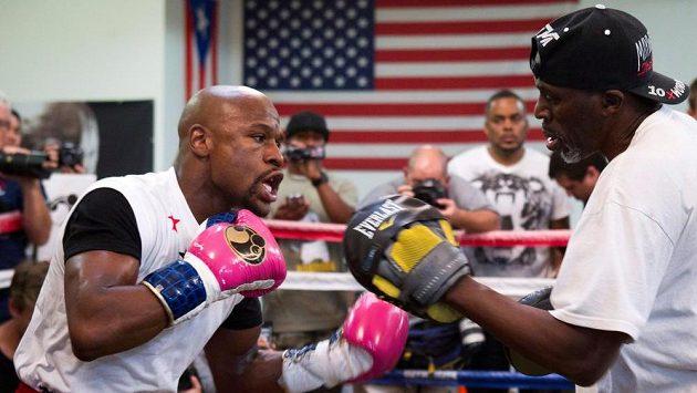 Boxerský šampion Floyd Mayweather (vlevo) trénuje se svým strýcem Rogerem Mayweatherem (vpravo). Archivní foto