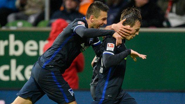 Vladimír Darida (vpravo) se raduje z parádního gólu do sítě Werderu Brémy.