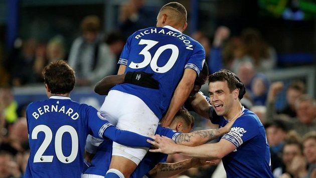 Fotbalisté Evertonu si ve 37. kole Premier League udrželi šanci na postup do Evropské ligy výhrou 2:0 nad Burnley, za které hrál posledních dvacet minut Matěj Vydra.