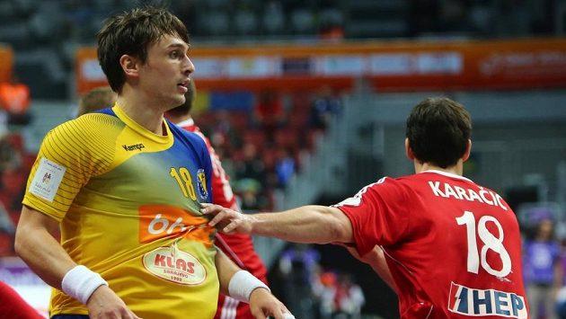Házenkáře Bosny a Hercegoviny Ivana Karačiče (vlevo) brání jeho bratr Igor reprezentující Chorvatsko.