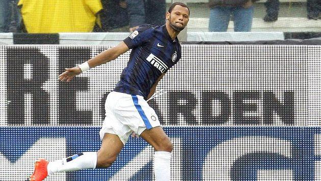 Rolando z Interu Milán oslavuje svůj gól proti Parmě.