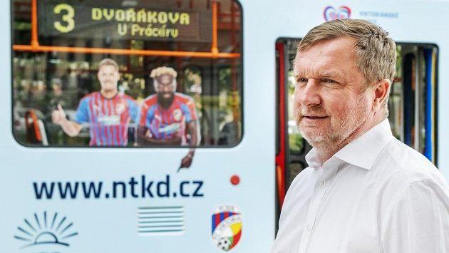 Trenér fotbalistů Viktorie Pavel Vrba v Plzni představil tramvaj, která propaguje Nadaci pro transplantaci kostní dřeně.
